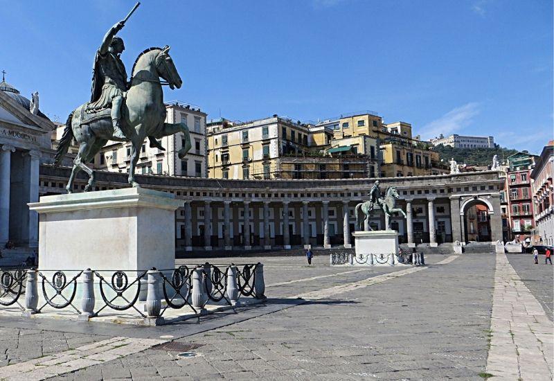 Le statue equestri a Piazza Plebiscito